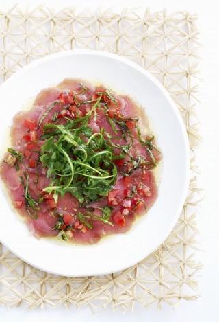 Carpaccio di tonno con rucola e pomodori