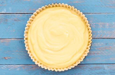 La preparazione della crostata al limone