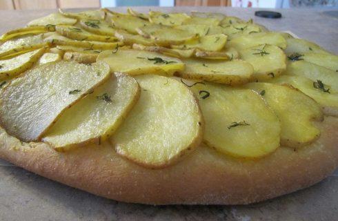 Focaccia con patate e alici da provare con la ricetta per lo sfizio del pomeriggio