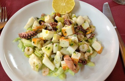 Come preparare l'insalata di pesce e verdure con la ricetta per la cena estiva