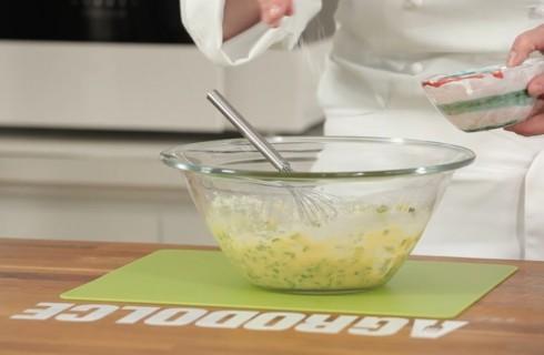 la_preparazione_delle_frittelle_di_zucchine