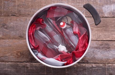 La sterilizzazione dei barattoli per la passata di pomodoro
