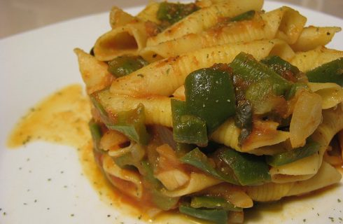 Spaghetti con i peperoncini verdi e formaggio con la ricetta gustosa