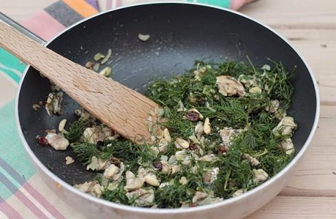 La preparazione della pasta con le sarde