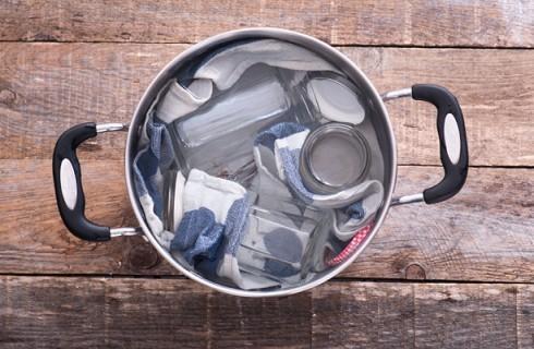 La sterilizzazione dei barattoli per i pomodori pelati