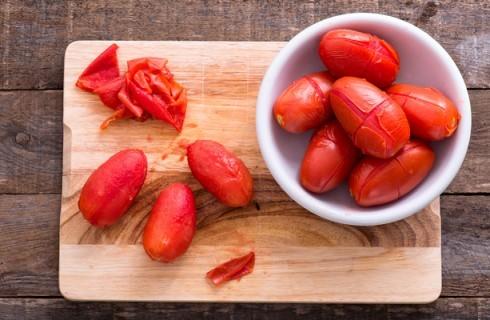 La preparazione dei pomodori pelati