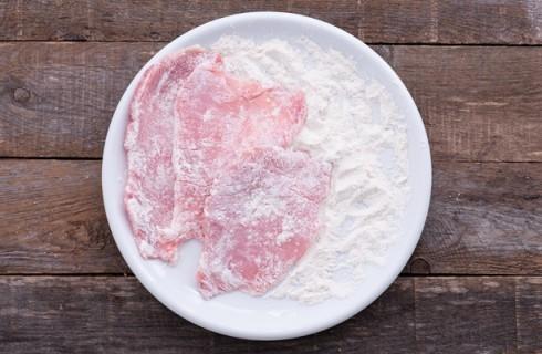 L'infarinatura della carne per la preparazione delle  scaloppine al marsala