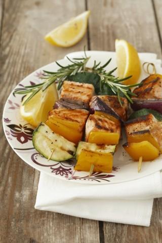 Spiedini di pesce con salmone e verdure