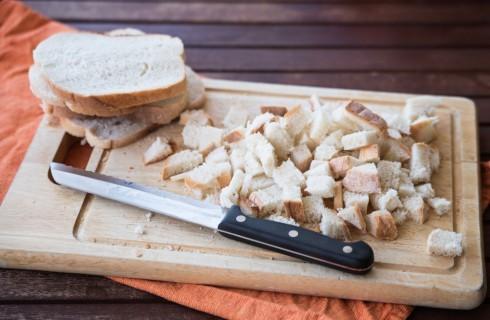 La preparazione degli gnocchi di pane