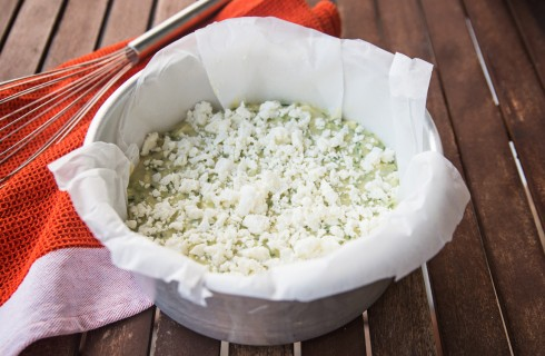La preparazione del tortino di zucchine