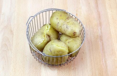 La preparazione delle crocchette di patate al forno