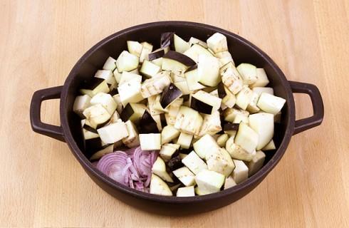 La preparazione della pasta al forno con melanzane