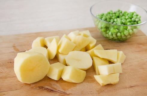 Le patate e i piselli per lo spezzatino di pollo
