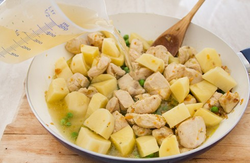 La preparazione dello spezzatino di pollo