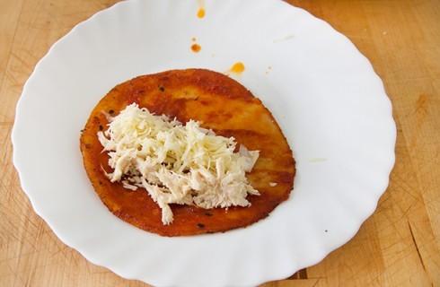 La preparazione delle enchiladas