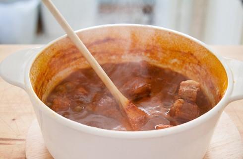 La preparazione del chili con carne