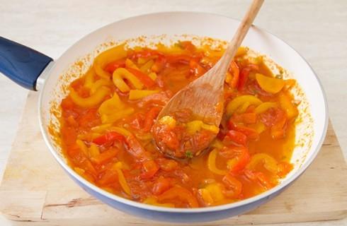 La preparazione della salsa per la pasta con peperoni