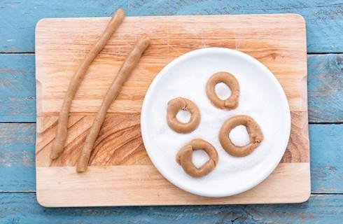 La preparazione dei taralli dolci