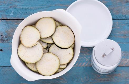 la preparazione del tortino di melanzane