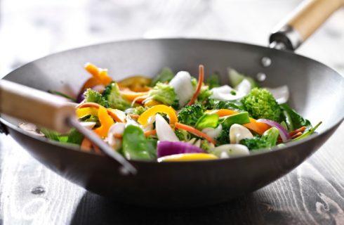 Che cos'è la pentola wok: come si usa e le ricette da provare