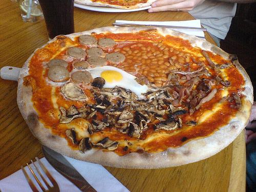 English breakfast pizza