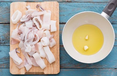 La preparazione dei calamari in umido