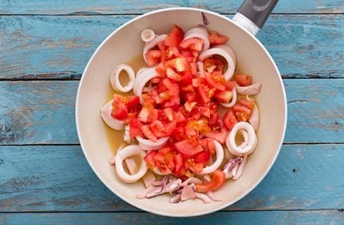 La cottura in padella dei calamari in umido