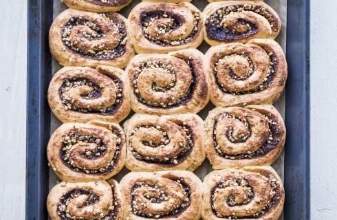 Cinnamon roll con granella di nocciole