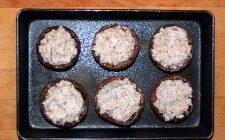 I funghi ripieni al forno con formaggio per un antipasto sfizioso