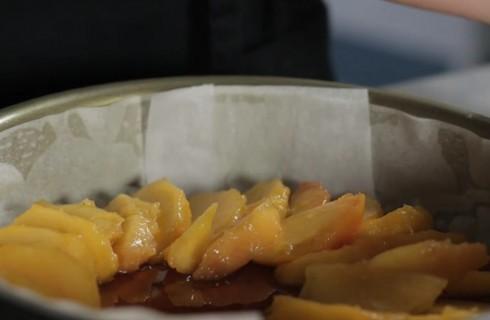 la preparazionne della tarte tatin allle pesche