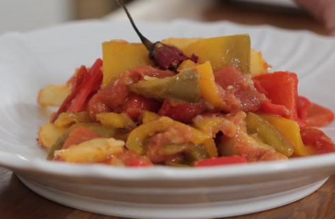 Peperonata con patate: la video ricetta