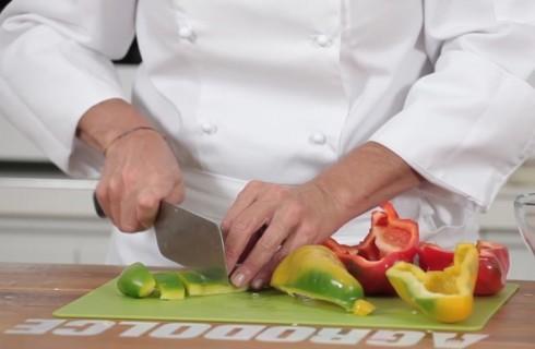 la_preparazione_della_peperonata_con_patate