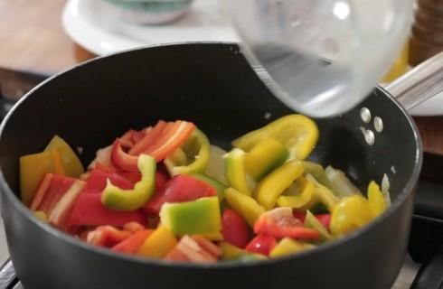 la_preparazione_della_peperonata_con_patate_001