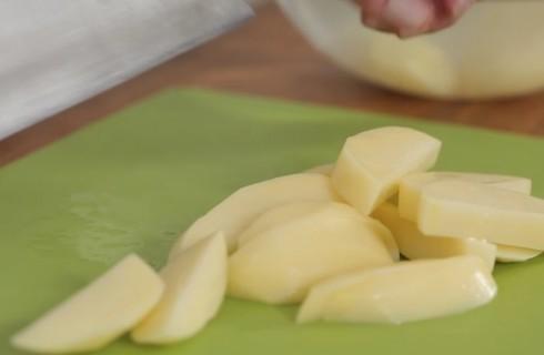 le_patate_a_spicchi_per_la_peperonata_con_patate