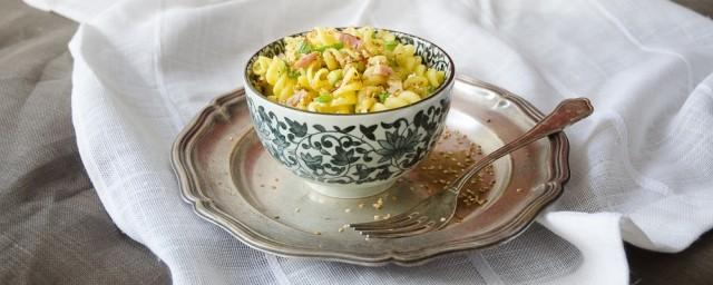 La pasta con zucchine e speck