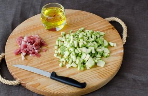 La preparazione della  pasta con zucchine e speck