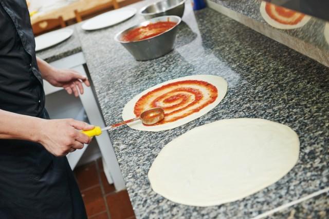 preparare la pizza tonda