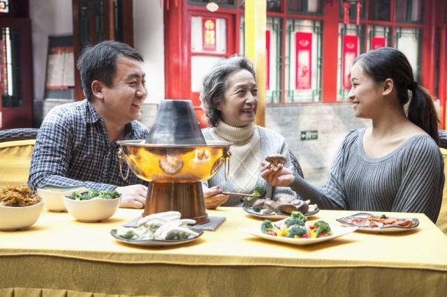 Famiglia tradizionale cinese a tavola