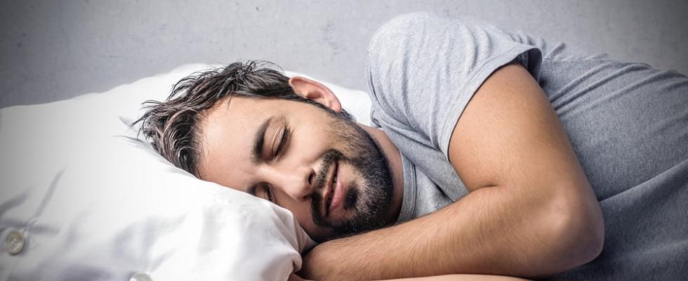 Dormite poco? Ecco i consigli per mangiare meglio e dormire meglio