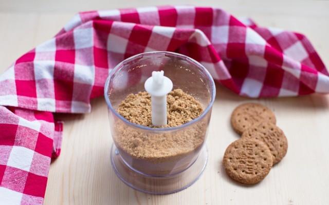 La base di biscotti della cheesecake ai frutti di bosco