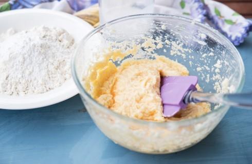La preparazione della torta di fichi