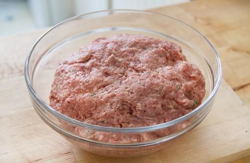 La preparazione del polpettone di carne