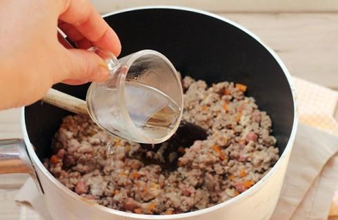 La preparazione del sugo per il timballo di riso
