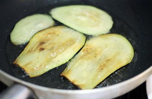 La frittura delle melanzane per il timballo di riso