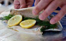 La trota al cartoccio con il limone con la ricetta semplice