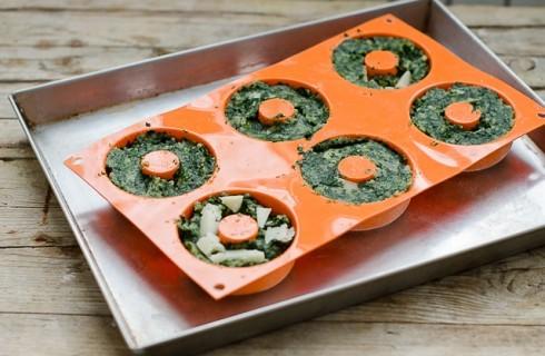 La preparazione dello sformato di spinaci