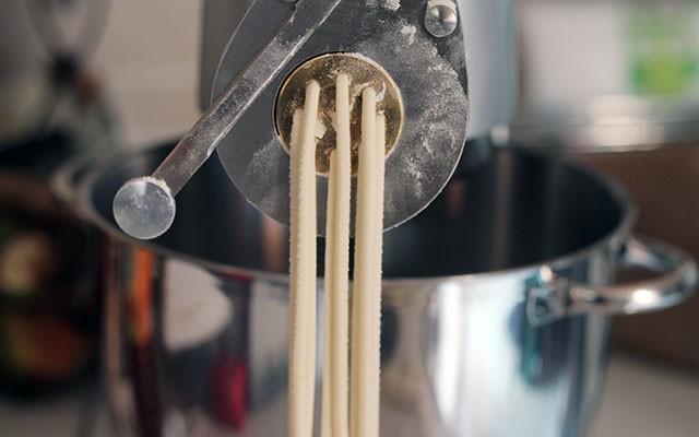 La preparazione dei bigoli in salsa