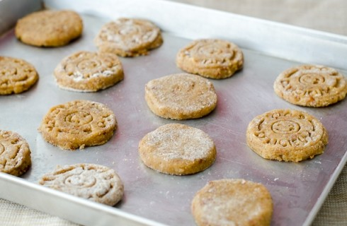 La preparazione dei biscotti integrali