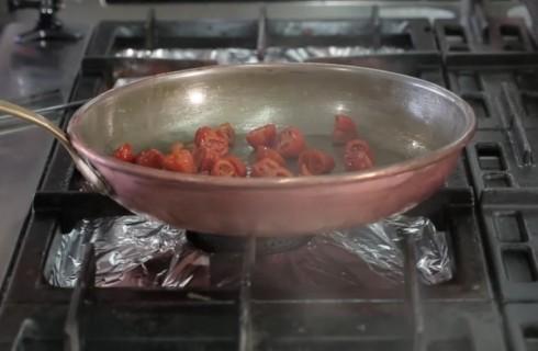 la_preparzione_del_sugo_per_gli_spaghetti_al_pomodoro