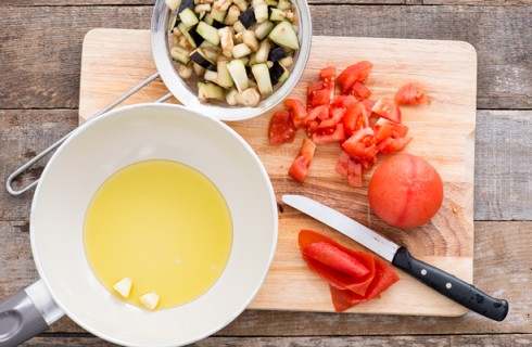 La preparazione della pasta con melanzane e pesce spada